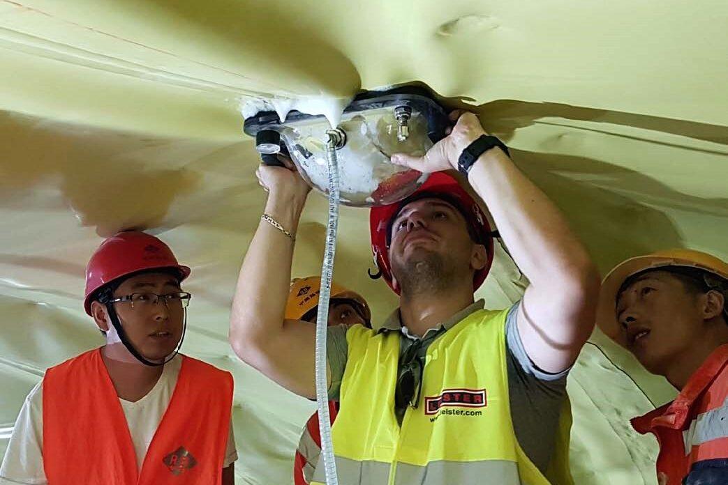 Fot 4. Punktowe sprawdzanie szczelności kloszem kontrolnym podczas budowy tunelu
